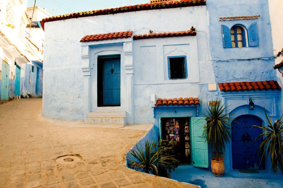 El color que predomina en sus calles y casas es el azul