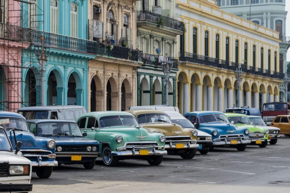 Fachadas y coches coloridos