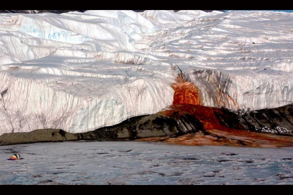 Il y a une chute d'eau rouge sang qui s'écoule dans l'Antarctique