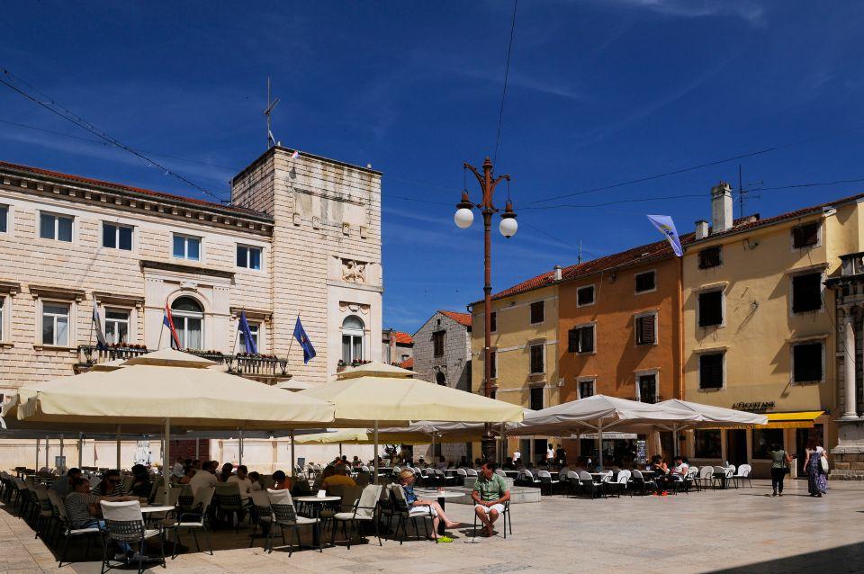 A l'heure de la sieste, la vieille ville de Zadar dort au soleil