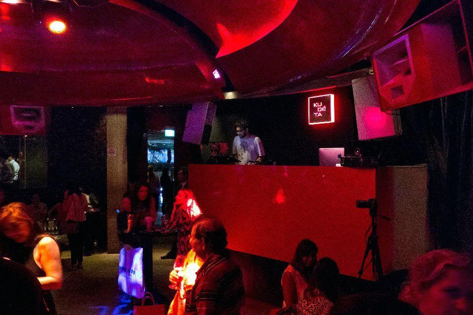 Un DJ assure l'ambiance