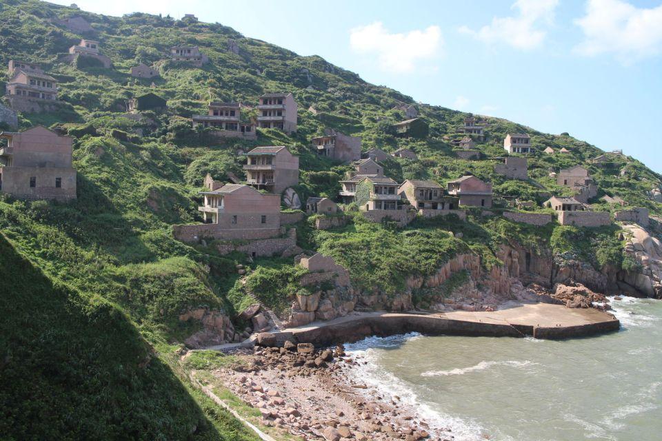 À flanc de colline, le village surplombe la mer