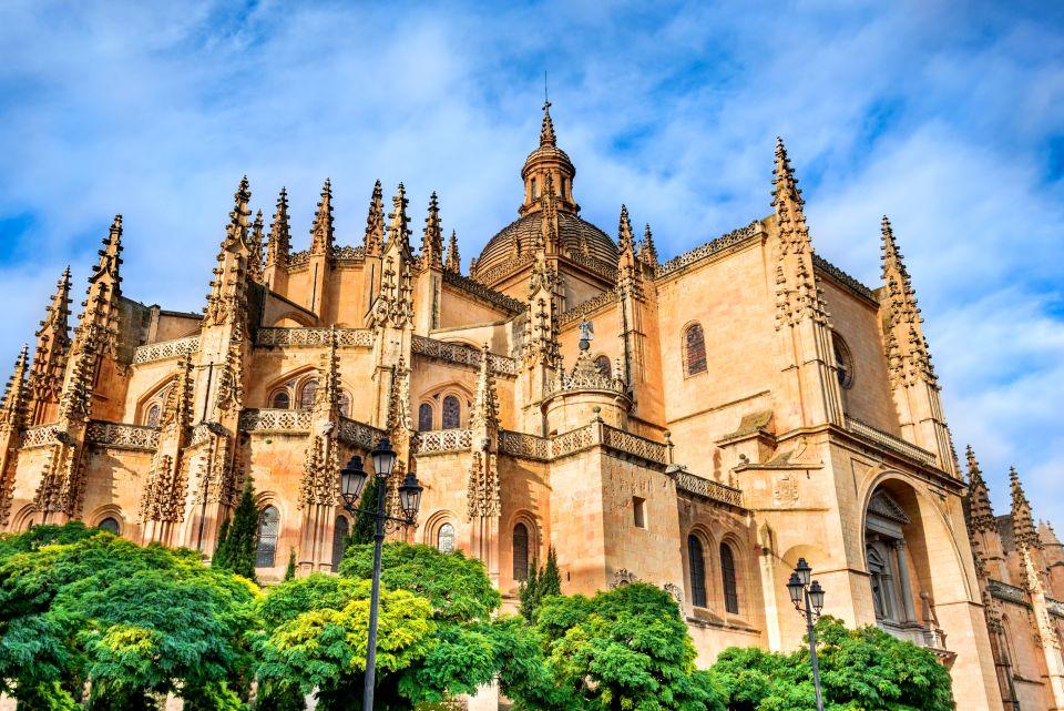 Pasear por la Plaza Mayor y admirar la Catedral Gótica