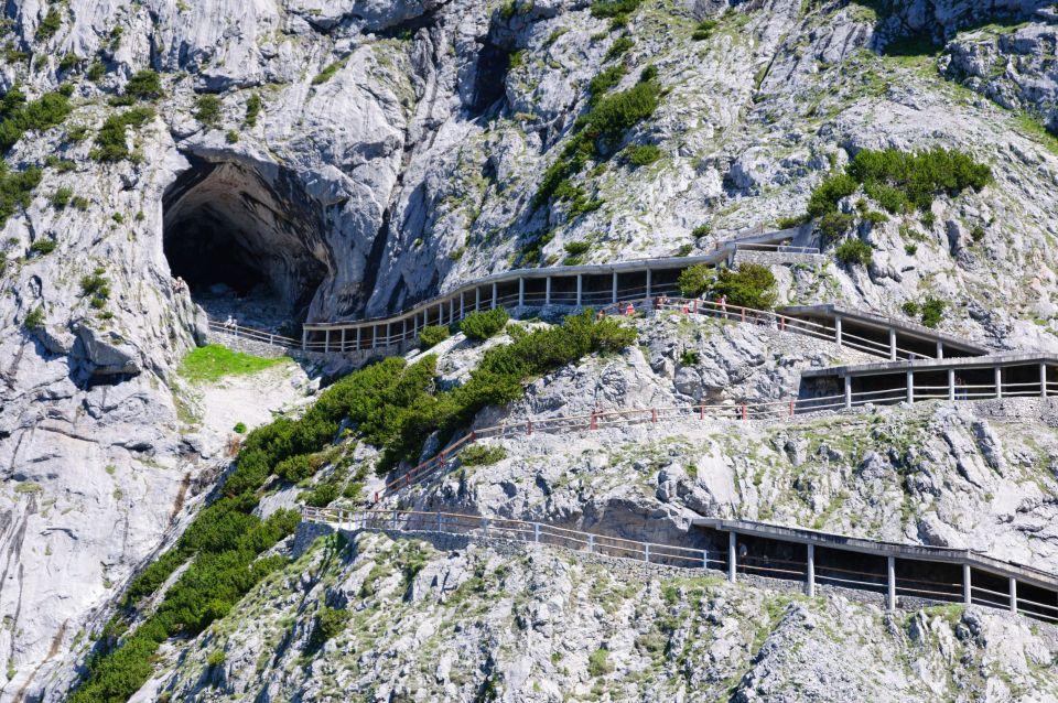L'entrée de la grotte de glace Eisriesenwelt