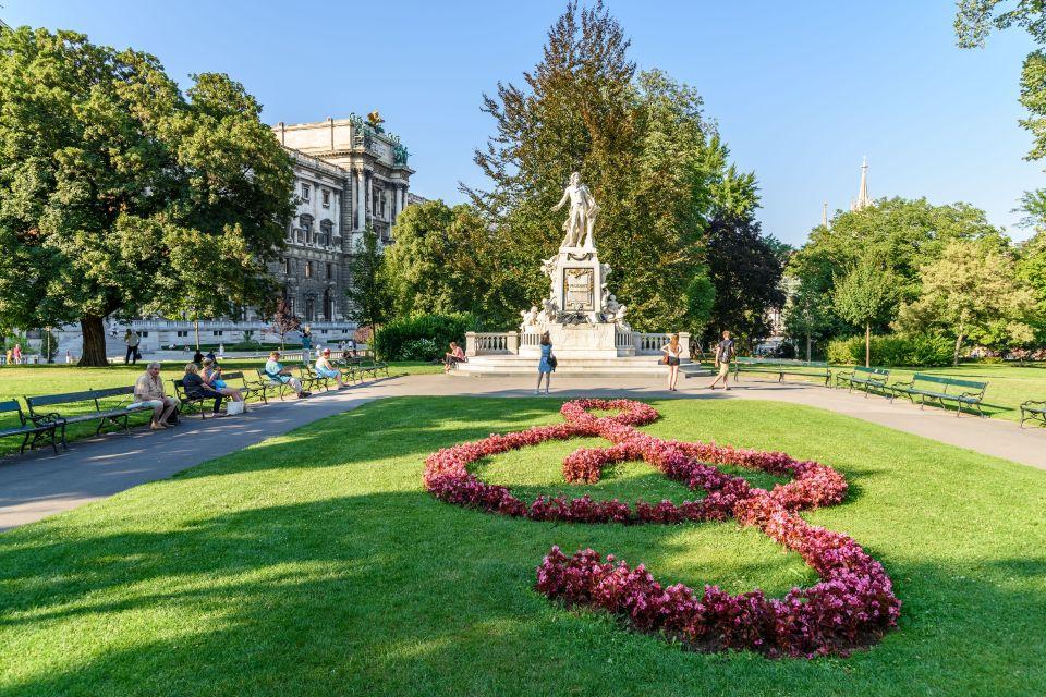 Poursuivez dans les majestueux jardins du Burggarten