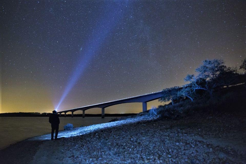 Rayon laser pointé vers le ciel