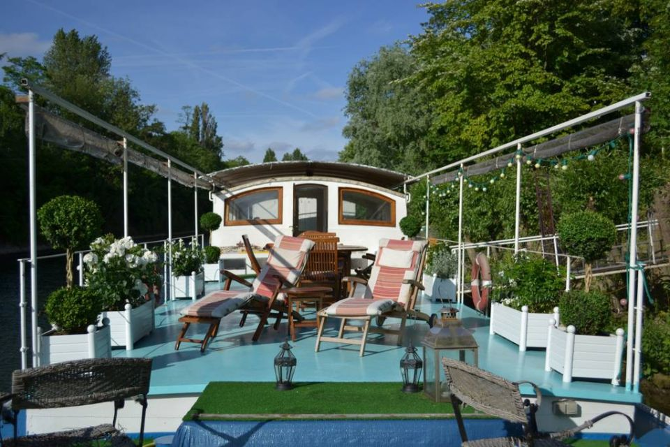 Peaceful barge in Neuilly-sur-Seine