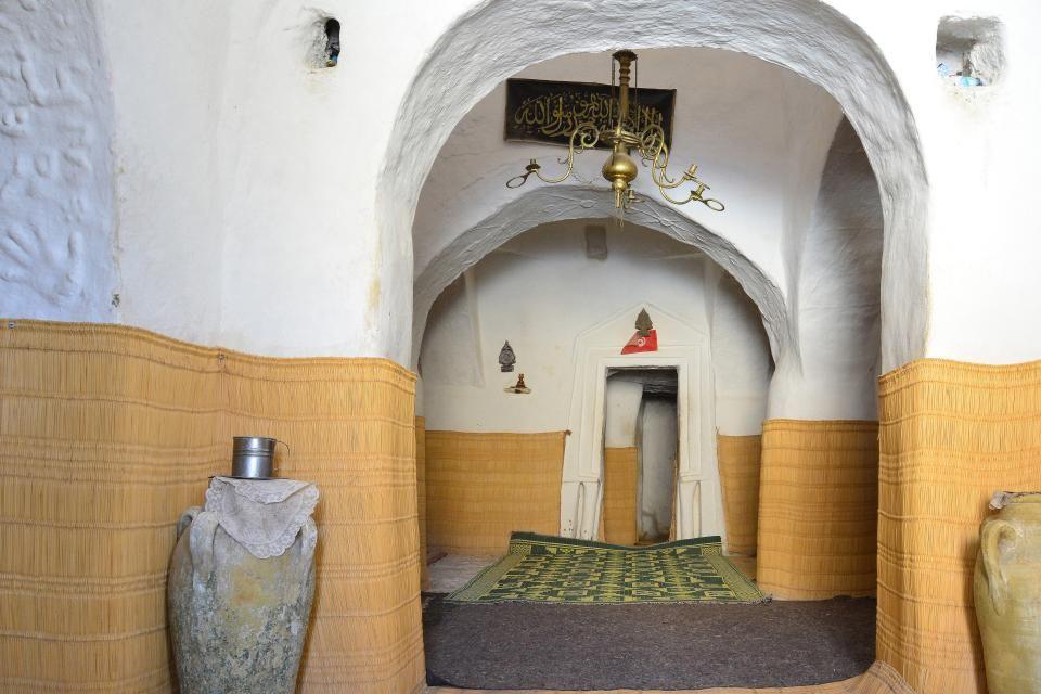 Entrée de la mosquée troglodyte des Sept Dormeurs