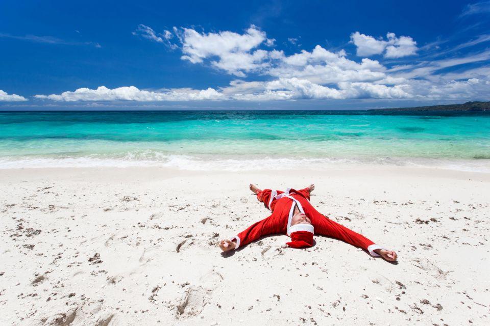 Gorro rojo y arena blanca en República Dominicana