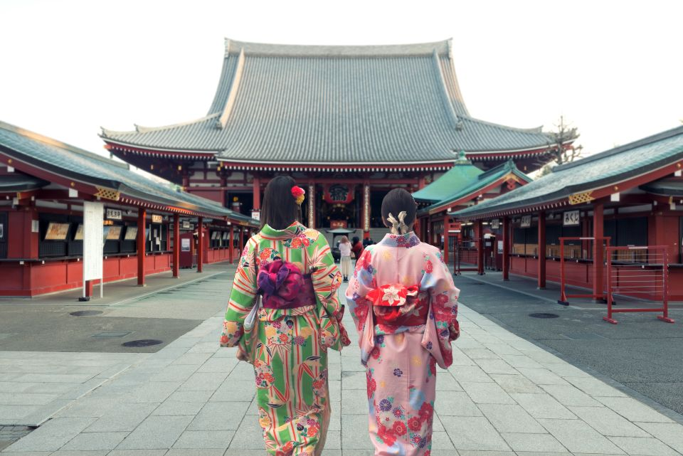 Tour the streets wearing an original kimono