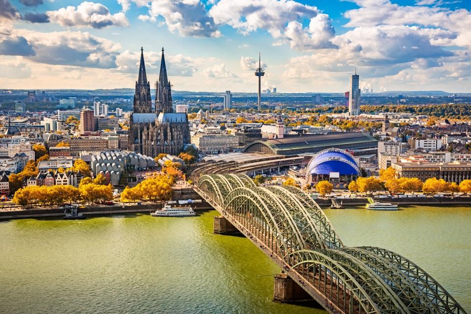 La majestueuse cathédrale de Cologne au bord du Rhin