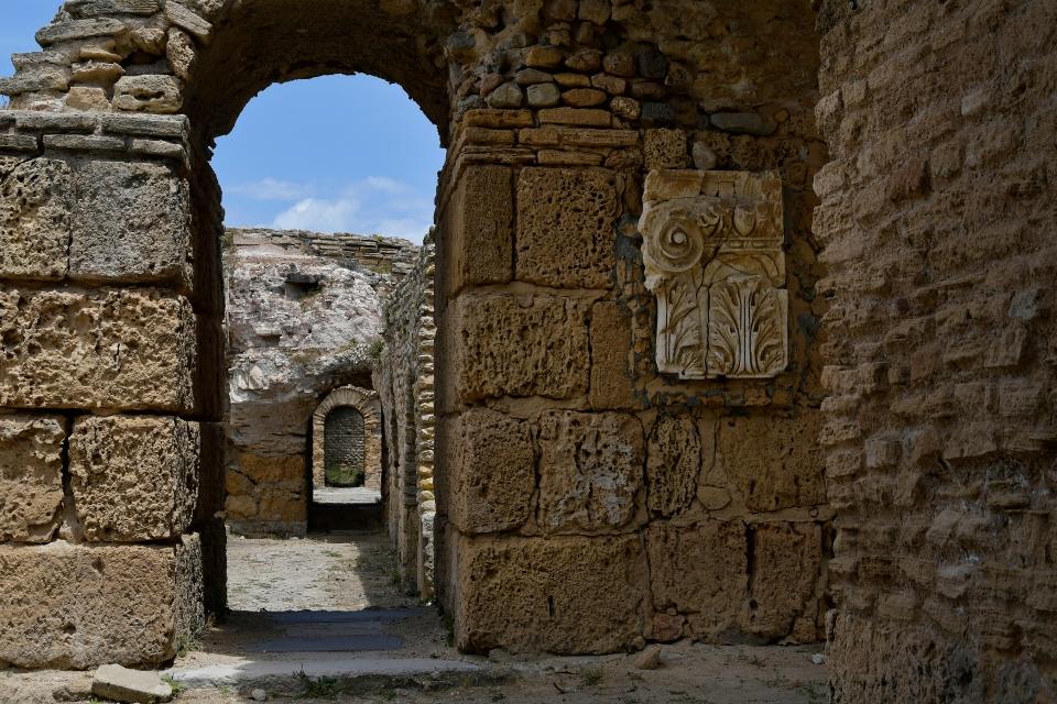 Promenade à l'intérieur du frigidarium des thermes d'Antonin