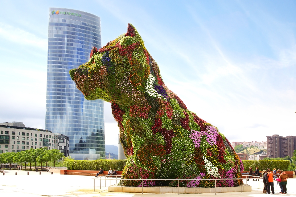 Chiot devant le Musée Guggenheim Bilbao,