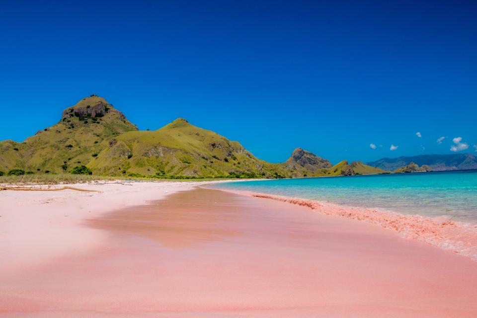 La spiaggia rosa dell'Isola di Comodo