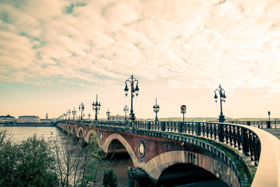 3.El río Garona y  el Puente de Piedra