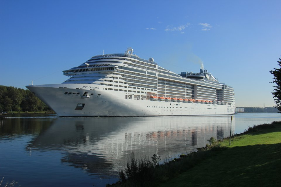 MSC Cruises is developing cruise ships with hybrid engines .