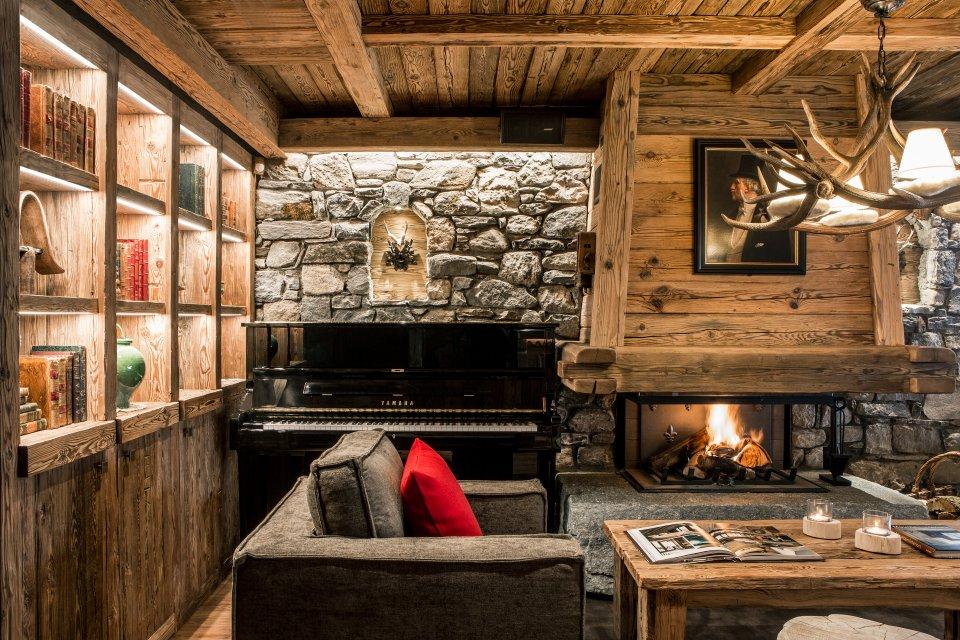 Feu de cheminée, piano et bibliothèque : le trio magique !