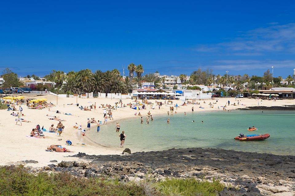 Lanzarote , Playa Blanca , Una playa de aguas cristalinas , España