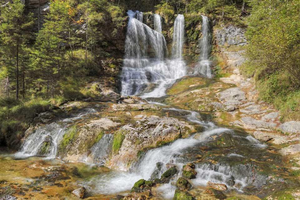 Die Deutsche Alpenstraße , Ein Wasserfall in der Weissbachschlucht , Deutschland