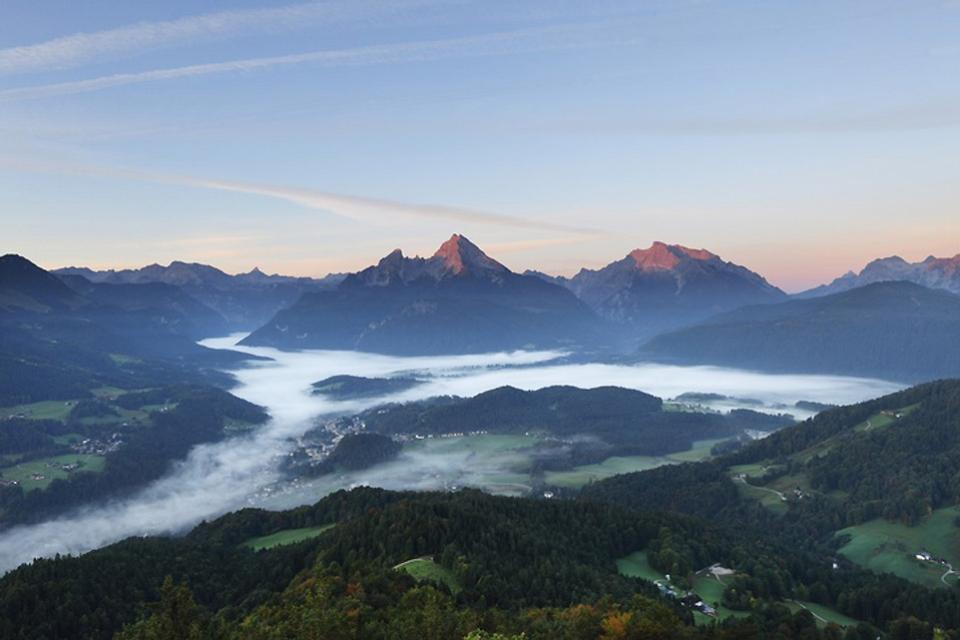 Die Deutsche Alpenstraße , Sicht von der Kneifelspitze über Berchtesgade , Deutschland