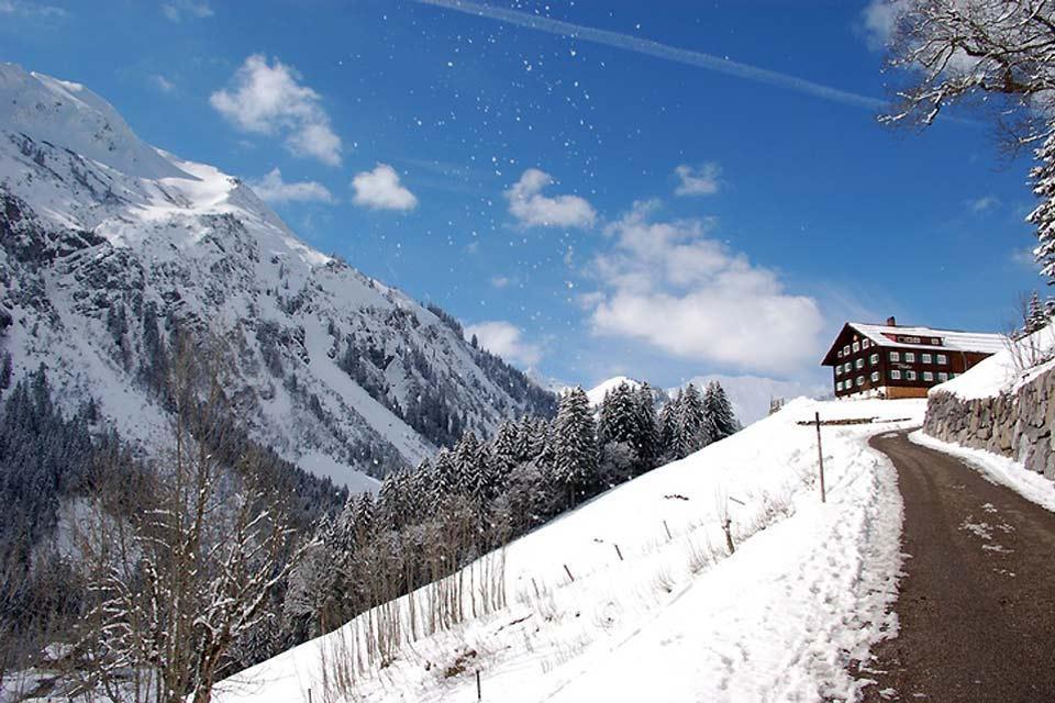 Die Deutsche Alpenstraße , Ein verschneiter Wanderweg , Deutschland