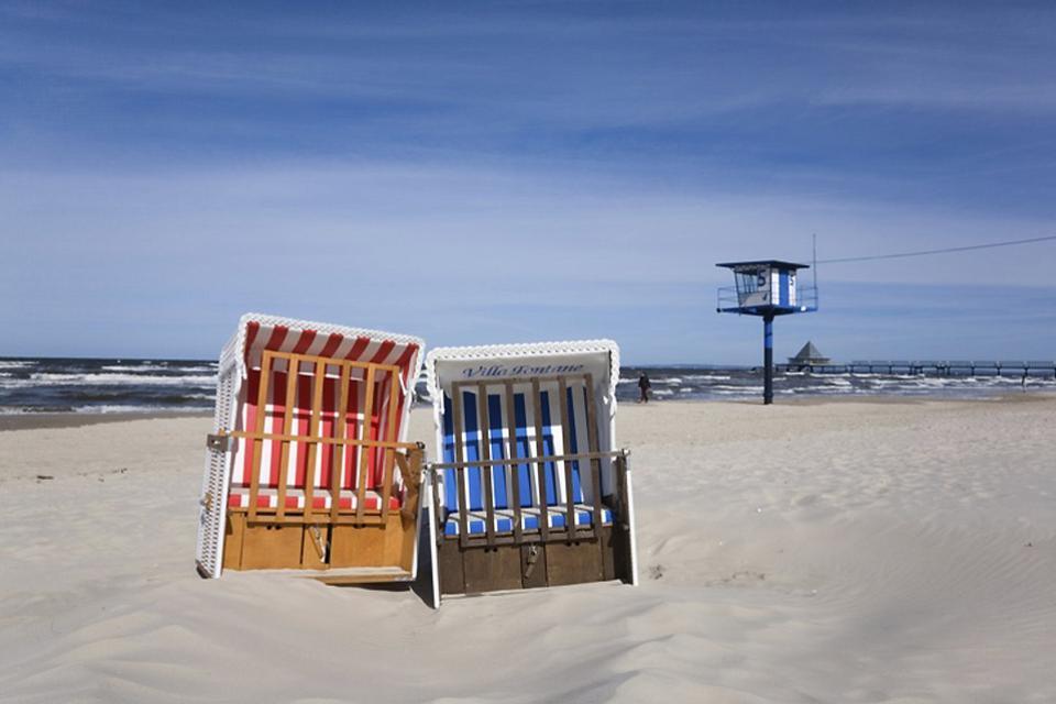 La côte baltique , Fauteuils de plage sur la mer Baltique , Allemagne