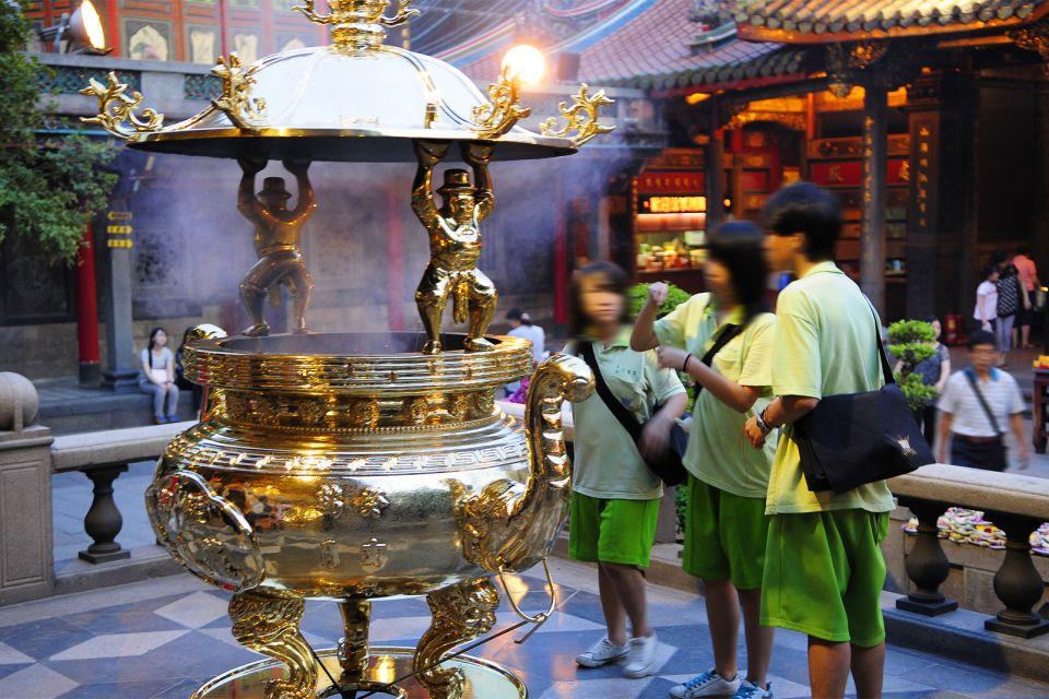 Y como un fénix, no deja de renacer de sus ce, El templo de Longshan, Los monumentos, Taiwan