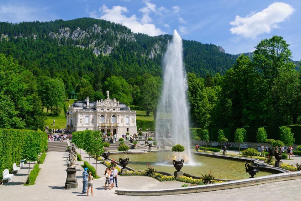 Les châteaux de Louis II de Bavière , Le château de Neuschwanstein en été , Allemagne