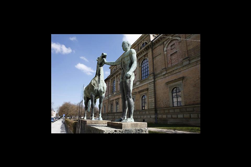 Die Alte Pinakothek , Eine Statue vor der Alten Pinakothek , Deutschland