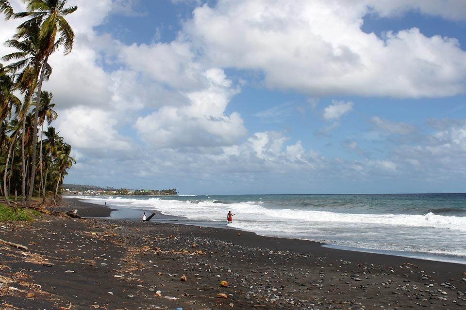 Die Grenadinen , Schwarzer Sandstrand in Black Point , St-Vincent und die Grenadinen