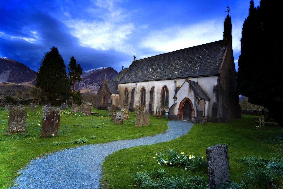 Lake District , Iglesia y cementerio en el Distrito de los La , Reino Unido