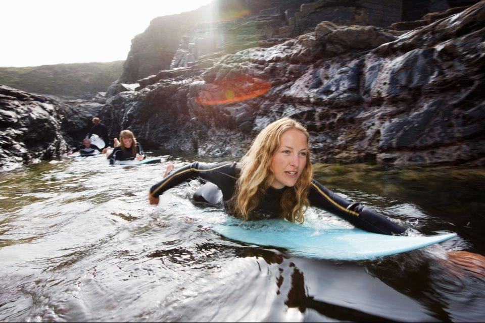 In alto i surf!, Le coste della Cornovaglia, Le rive, Inghilterra