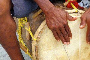 Les arts et la culture, antilles, caraïbes, guadeloupe, musique, art, fête, chouval bwa, zouk, biguine, instrument, tambour; percussion