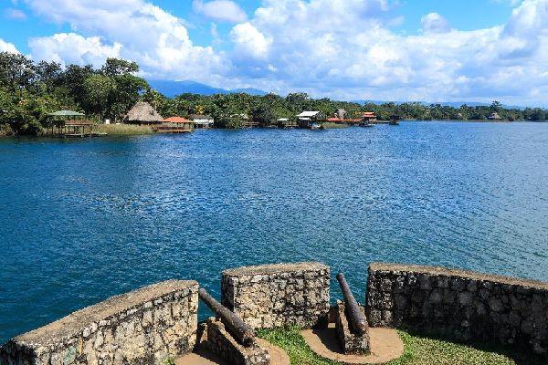 El lago Izabal , Guatemala