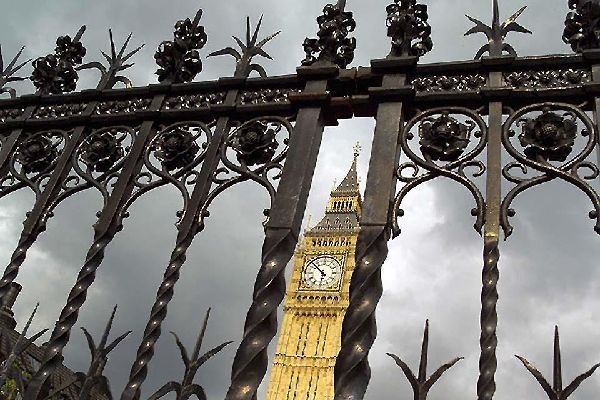 Historical sites along the Thames , Stormy sightseeing , United Kingdom