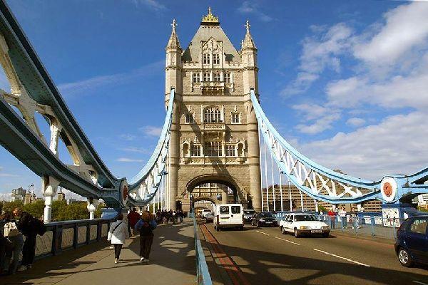 Le Tower Bridge , Voitures et piétons sur le Tower Bridge , Royaume-Uni