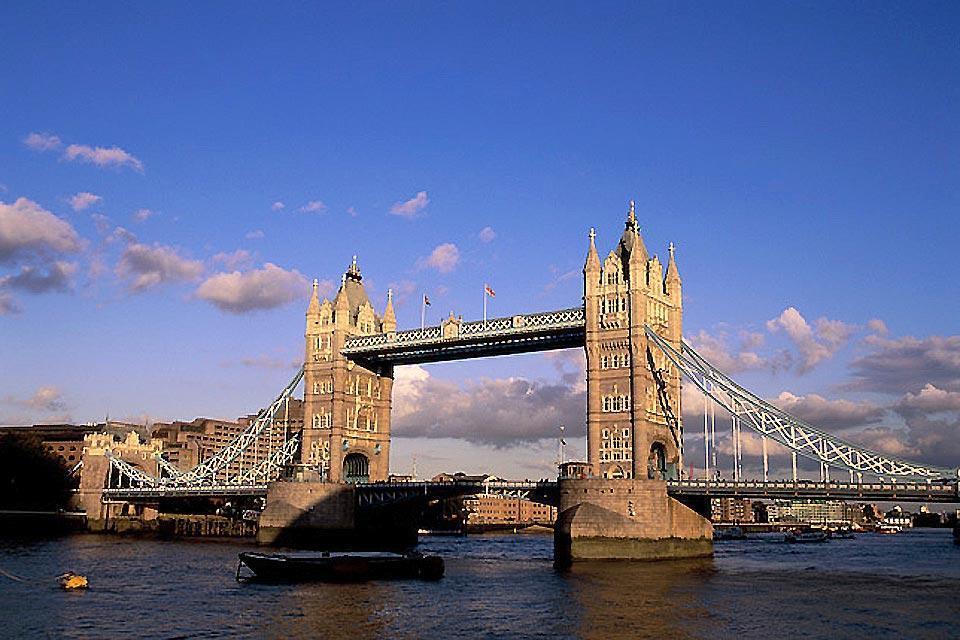 Il Tower Bridge , Il Tower Bridge visto dalle rive del Tamigi , Regno Unito
