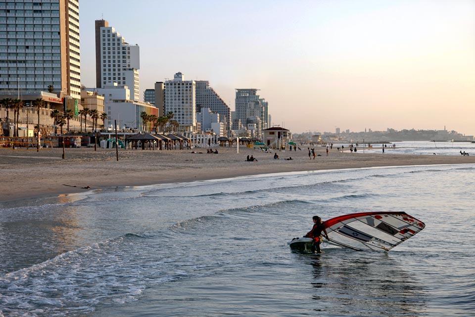 La côte méditerranéenne , Une plage multi-activités , Israël