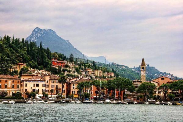 Il lago di Garda , Maderno vista dal porto , Italia