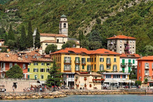 Il lago di Garda , Borgo in riva al lago , Italia