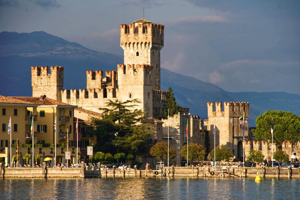 El lago de Garda , El castillo de Sirmione , Italia
