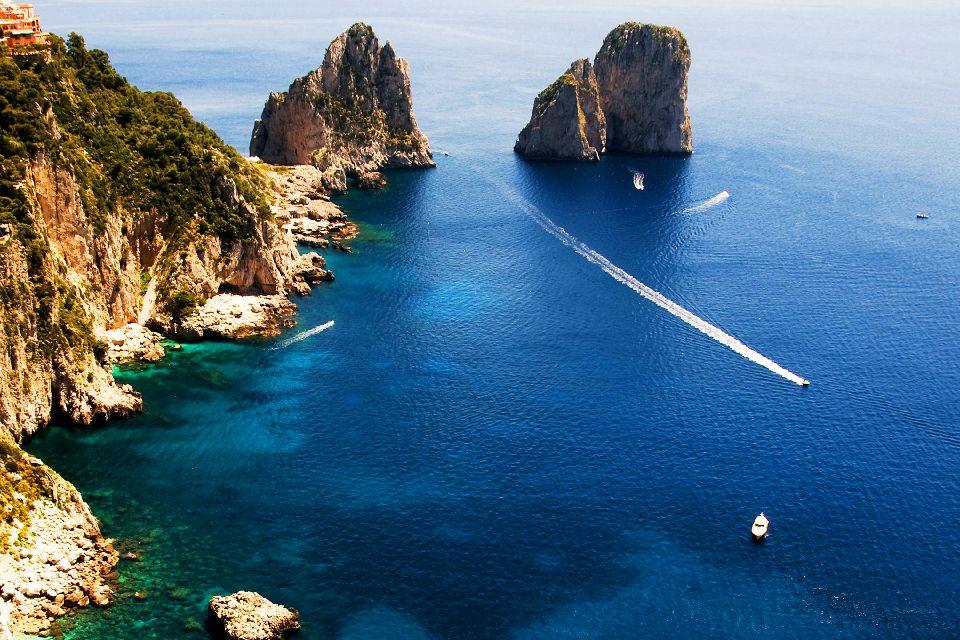L'île de Capri , Les trois Faraglioni , Italie