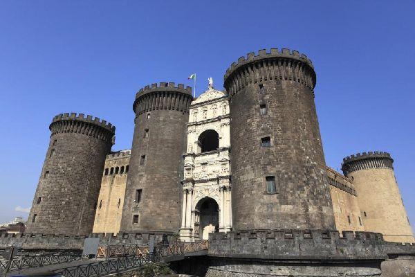Nápoles , Los monumentos , El Castel Nuovo, torreón de Anjou , Italia
