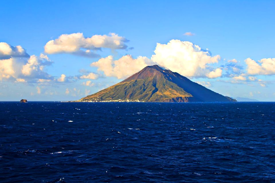 Stromboli , Ein Fels vor dem Meer , Italien