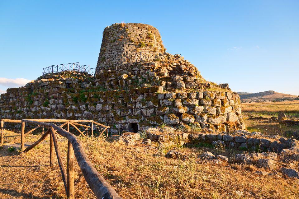 Le torri nuragiche , Nuraghe Succuronis, Sardegna , Italia