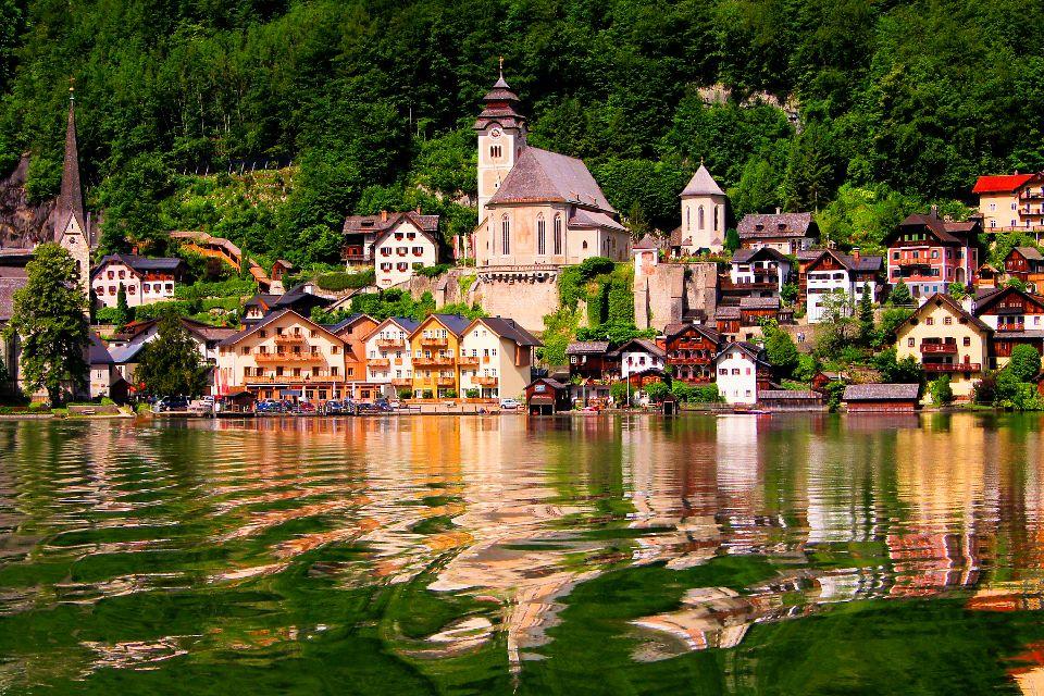 Das Dorf Hallstatt , Die glitzernde Wasseroberfläche des Hallstätt , Österreich