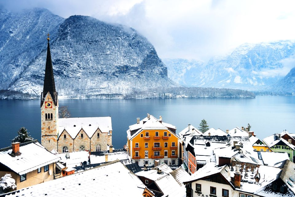 Das Dorf Hallstatt , Ansicht von Dorf und See unter der Schneedeck , Österreich
