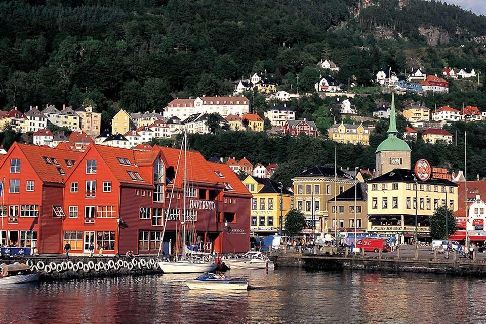 El sur , Casas abigarradas en un fiordo , Noruega