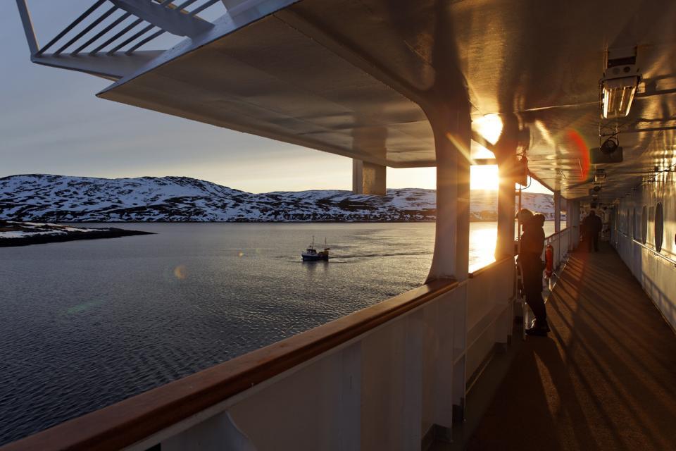 Il sole di mezzanotte , Sole brillante sopra i fiordi , Norvegia