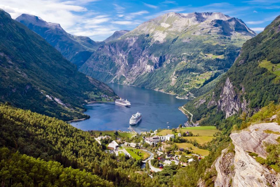 I fiordi , Borgata fiordana in primavera , Norvegia